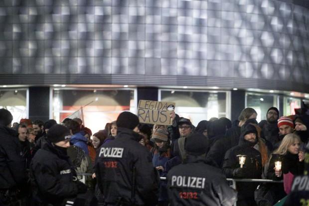 19:49 Uhr: Laute LEGIDA-raus-Rufe. Foto: L-IZ.de