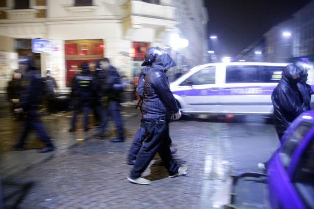 23:12 Uhr: Die Polizei führt die Randalierer ab. Foto: L-IZ.de