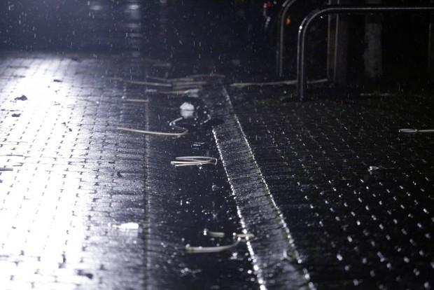 23:18 Uhr: Kabelbinder - alle Tatverdächtigen wurden gefesselt und mussten auf den Abtransport warten. Foto: L-IZ.de