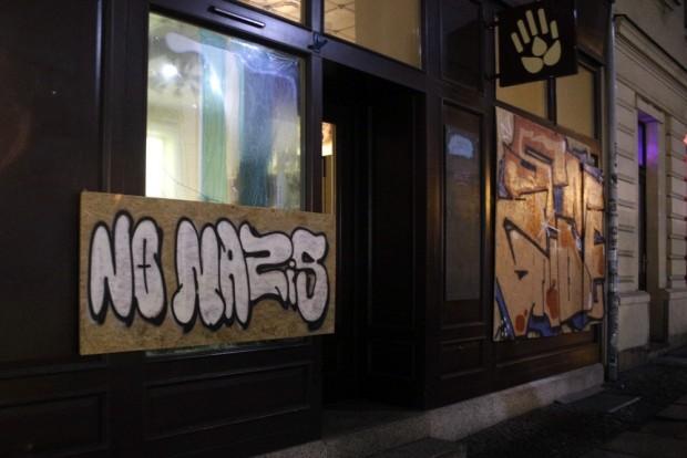 An einigen notdürftigen Reparaturarbeiten wurden bereits Graffitis angebracht. Foto: Alexander Böhm