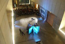 """Anselm Kiefers Buch-Skulptur mit dem Titel """"Der Rhein"""" steht im Zentrum der Spielfläche, drumherum fließen die Tänzer. Foto: Karsten Pietsch"""
