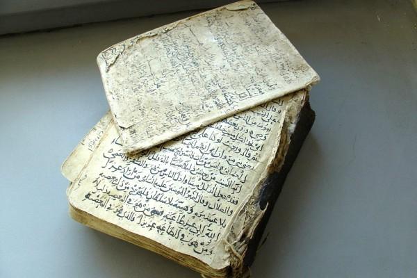Ältestes Textzeugnis schiitischer Ismailiten in der Universitätsbibliothek: Vor ihrer Restaurierung im Jahre 2006 war der fragmentarische Charakter der Handschrift noch deutlich zu sehen. Foto: UB Leipzig