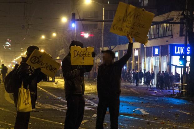 Dagegen! Drei-Mann-Demo am Kreuz für Connewitz. Foto: Silvester am Kreuz - Krach ohne Krawall. Foto: Tim Wanger