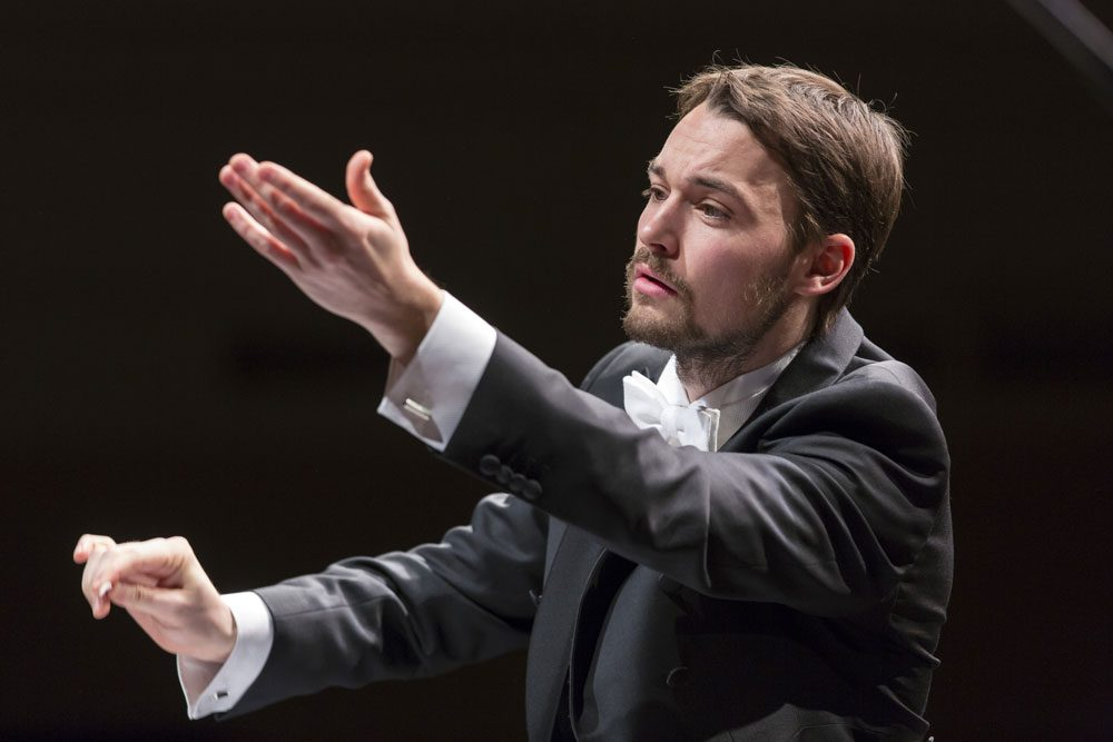 Preisträger Dominic Limburg dirigiert das Orchester der Musikalischen Komödie Leipzig. Foto: Tom Schulze