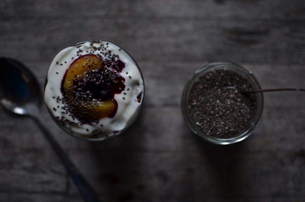 Gesundes Frühstück mit Chiasamen und Früchten. Foto: Maike Klose