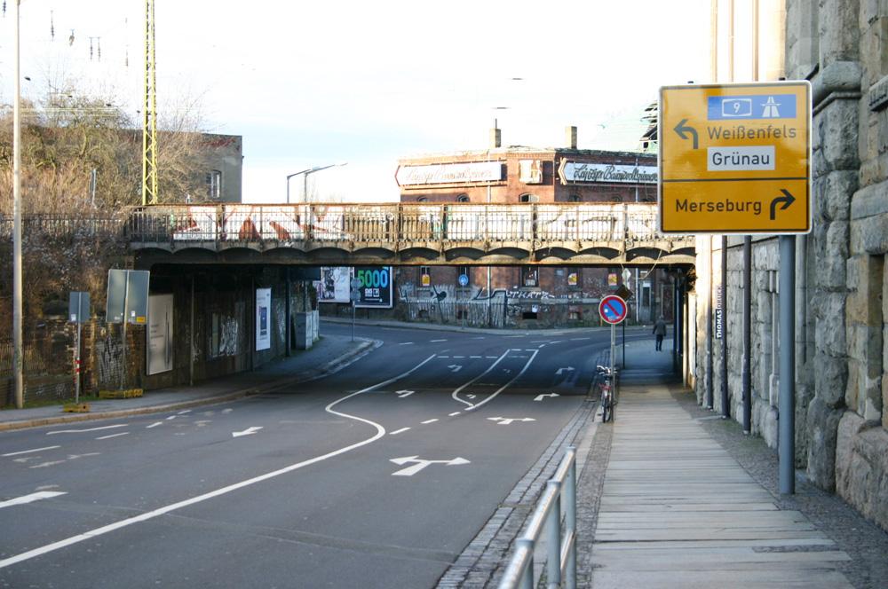 Die Eisenbahnbrücke von der Karl-Heine-Straße aus gesehen. Foto: Ralf Julke