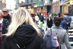 Fußgänger in der Petersstraße. Foto: Ralf Julke