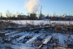 Blick über das brachliegende Gelände zum Kraftwerk der Stadtwerke Leipzig. Foto: Ralf Julke