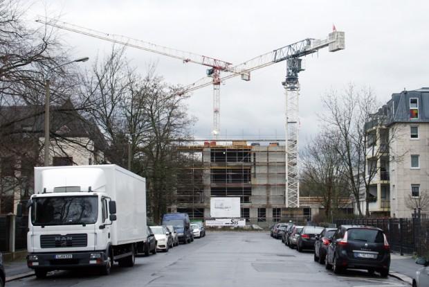 Baukräne für das neue Gymnasium im Musikviertel. Foto: Ralf Julke