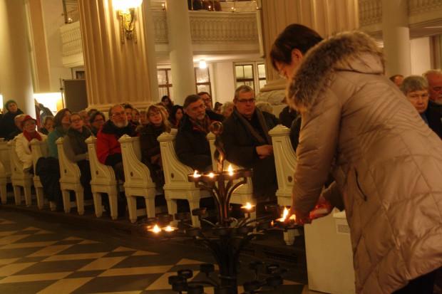 Kerzen werden am Lichterbaum in der Nikolaikirche entzündet. Foto: Ernst-Ulrich Kneitschel