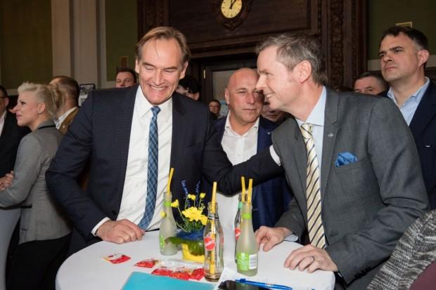 Oberbürgermeister Burkhard Jung und Lok-Präsident Jens Kesseler beim Festakt zum 50-jährigen Jubiläum des 1. FC Lok. Foto: Bernd Scharfe