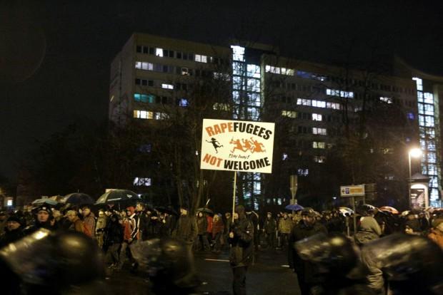 Legida beim Rundgang - mit menschenfeindlichen Schildern. Foto: L-IZ.de