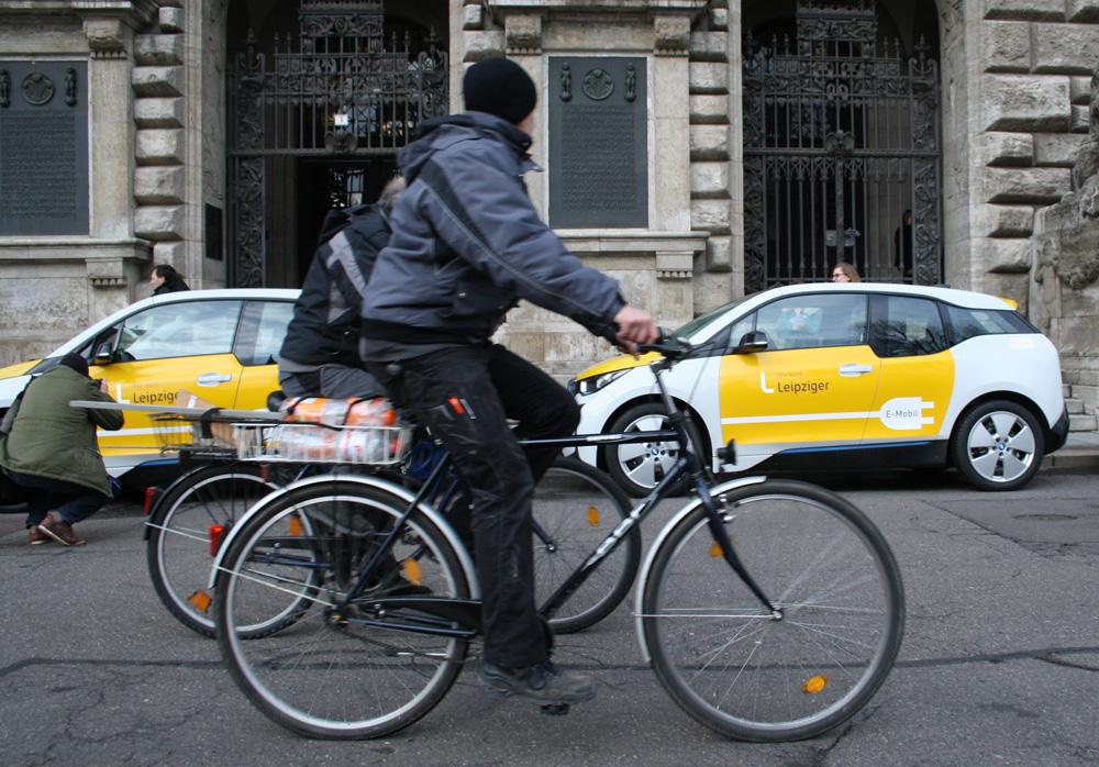 E-Autos der Stadtwerke vorm Neuen Rathaus. Foto: Ralf Julke