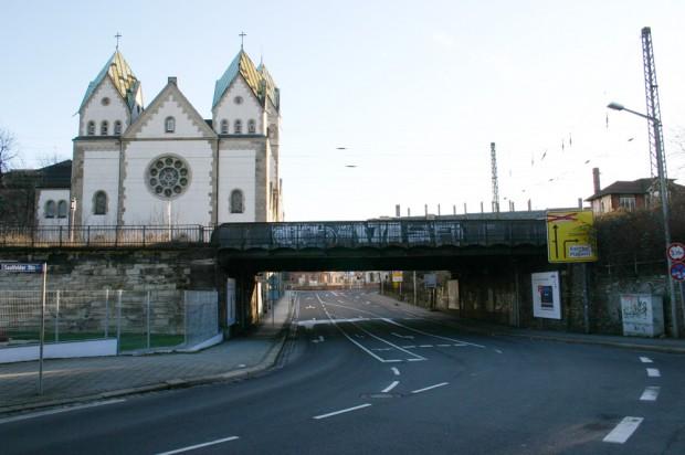 Die Bahnbrücke von der Saalfelder Straße aus gesehen mit der Liebfrauenkirche im Hintergrund. Foto: Ralf Julke