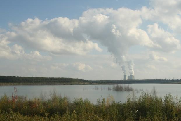 Das Kraftwerk Lippendorf vom Zwenkauer See aus gesehen. Foto: Ralf Julke