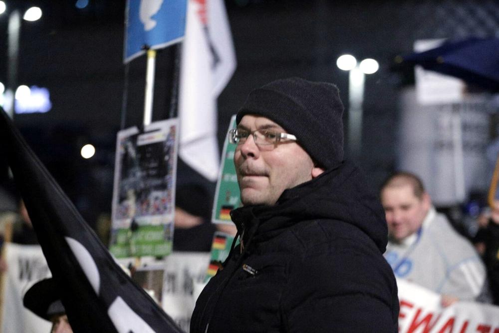 Markus Johnke - was weiß er über die organisierte Kriminalität heute von rechts in Connewitz? Die NPD Leipzig feiert diese und NPD-Mitglieder haben bereits an mehreren Legidaveranstaltungen teilgenommen. Foto: L-IZ.de