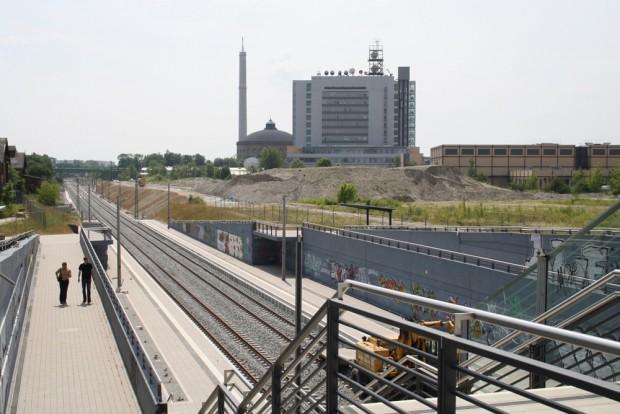 """Blick über die S-Bahn-Station """"MDR"""" zum MDR-Hochhaus und der Media City (rechts im Bild). Foto: Ralf Julke"""