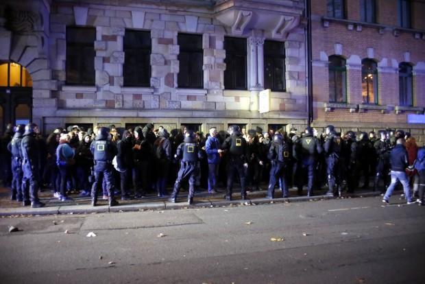 Eine der wenigen übersichtlichen Situationen am 12. Dezember: Ein Polizeikessel an der Kurt-Eisner-Straße. Foto: Alexander Böhm
