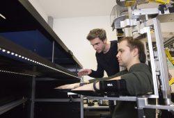 Dr. Bernhard Sehm von der Tagesklinik für Kognitive Neurologie erklärt die Funktionsweise des Exoskeleton-Roboters. Foto: Stefan Straube / UKL