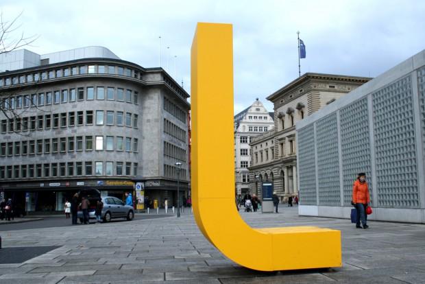 Großes gelbes L vorm Service-Center der LVB an der Petersstraße. Foto: Ralf Julke