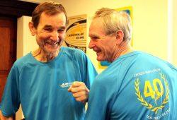 """""""Urgesteine"""" und Mitbegründer des LEIPZIG MARATHONS Frank (links) und Steffen Gottert (rechts) mit dem neuen Teilnehmershirt. Foto: SachsenSportMarketing GmbH"""