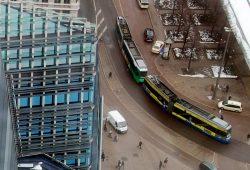 Eine Straßenbahn biegt am Augustusplatz in die Goethestraße ein. Foto: Michael Freitag