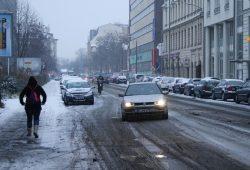 Vom Schneematsch kaschiert: Täubchenweg nahe Gerichtsweg. Foto: Ralf Julke