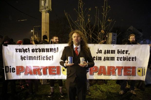 Thomas Kumbernuß (Die PARTEI) zeigte sich zufrieden mit der Spendensammlung am Connewitzer Kreuz. Foto: Alexander Böhm