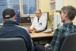 Dr. Boris Jansen-Winkeln, leitender Oberarzt in der Viszeralchirurgie am Universitätsklinikum Leipzig, im Gespräch mit den ersten beiden PIPAC-Patienten. Foto: Stefan Straube/UKL