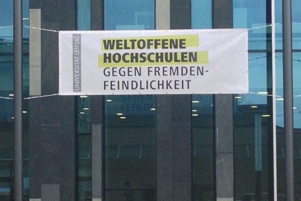 Die Universität Leipzig zeigt Flagge: Heute Vormittag wurden drei dieser Banner am Neuen Augusteum angebracht. Foto: Tobias Eckart/Universität Leipzig