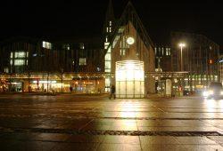 Abendbeleuchtung an der Uni Leipzig am Augustusplatz. Foto: Ralf Julke