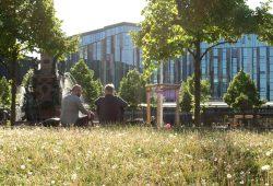 Zwei kluge Köpfe mit Uni im Hintergrund. Foto: Ralf Julke