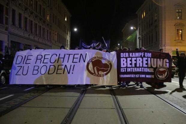 Wo tags zuvor noch randaliert wurde, demonstrierte man an diesem Abend Solidarität. Foto: Alexander Böhm