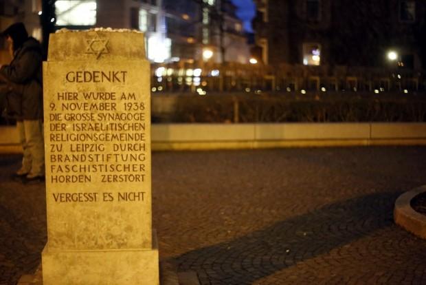 Am Denkmal der Großen Synagoge findet heute die Mahnwache ohne Genehmigung der Stadt Leipzig statt. Foto: L-IZ.de