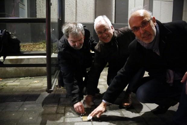 """""""Statt"""" Mahnwache werden die Stolpersteine geputzt (ua. Frank Kimmerle, Christian Wolff vlnr.). Foto L-IZ.de"""