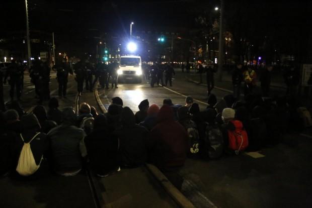 19:59 Uhr Eine Sitzblockade wartet auf LEGIDA an der Runden Ecke. Foto: L-IZ.de