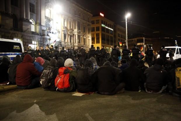 20:01 Uhr Die Polizei führt LEGIDA vorbei. Foto: L-IZ.de