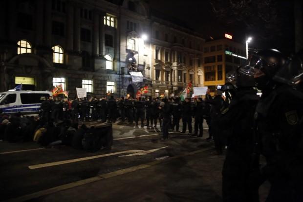 20:02 Uhr Die Sitzblockade erhält Videoüberwachung durch die Beamten. Foto: L-IZ.de