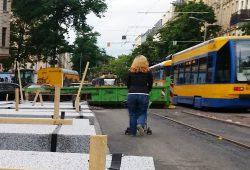 Baustelle Könneritzstraße mit sich begegnenden Straßenbahnen. Foto: Marko Hofmann