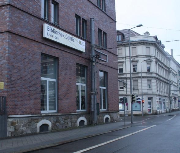 """Das langweilige Schild der Bibliothek Gohlis trägt schon den Namen """"Erich Loest"""". Foto: Ralf Julke"""