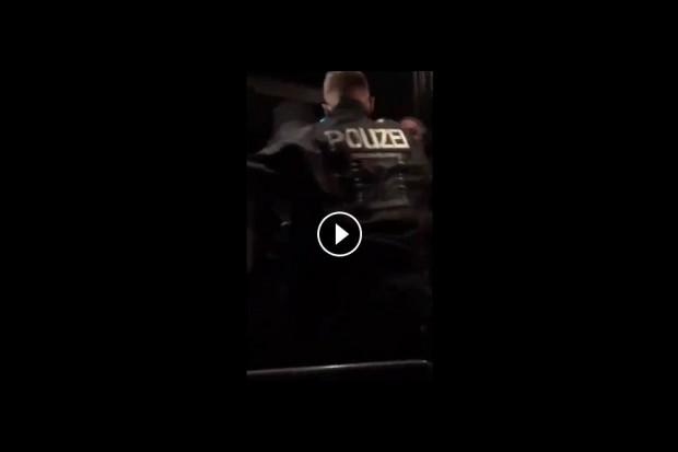 Die Polizei im Einsatz in Clausnitz. Videoscreenshot Quelle twitter.com/GodCoder