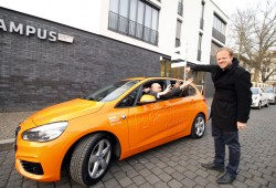 Übergabe des BMW an das Ensemble amarcord. Foto: Soeren Wurch