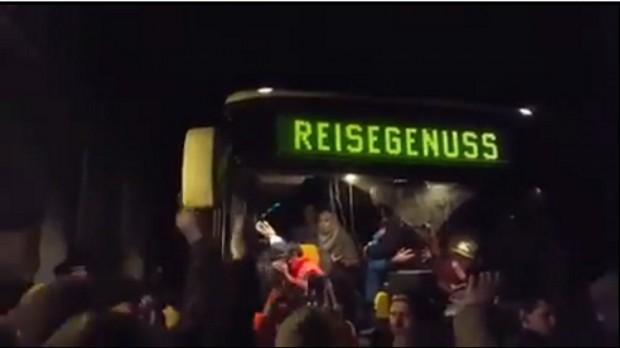 Ankunft des Busses mit Flüchtlingen in der Cämmerswalder Straße Clausnitz. Screenshot Youtube-Video