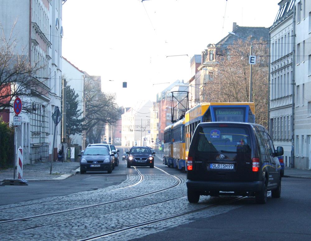 Dieskaustraße, Blick von der Schwartzestraße stadtauswärts: Radfahrer sind hier nicht vorgesehen. Foto: Ralf Julke