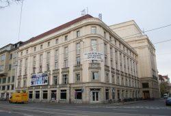 """Hinter den Schaufenstern mit der Aufschrift """"Baustelle"""" soll die neue Spielstätte entstehen. Foto: Ralf Julke"""