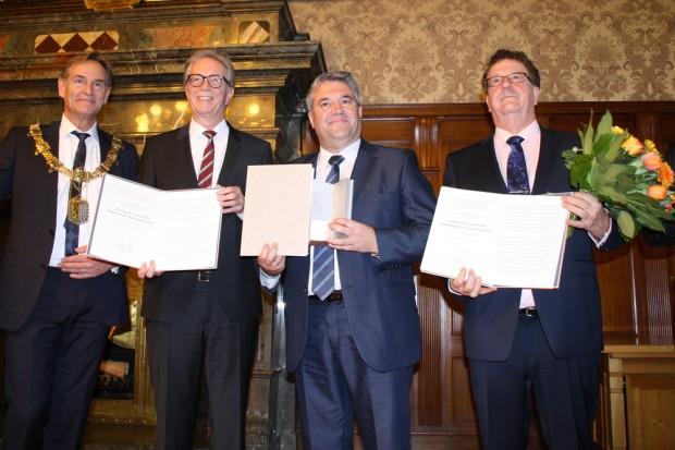 Goerdeler-Preis für Kommunalpolitik und Völkerverständigung: Burkhard Jung, Roger Kehle, Christodoulos Mamsakos und Hans-Joachim Fuchtel. Foto: Ralf Julke