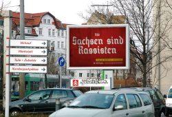 """Die Facebookinitiative """"Hooligans gegen Satzbau"""" (HoGeSa) macht in Leipzig mobil und plakatiert. Foto: hogesatzbau.wordpress.com/sachsen"""