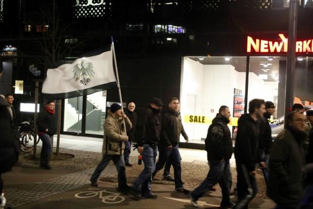 Ich trage eine Fahne (am Brühl) ... Winkelemente kann es bei Legida nie genug geben. Einem Teilnehmer flog das Schild davon, welches von Gegendemonstranten anschließend zerrissen wurde. Foto: L-IZ.de