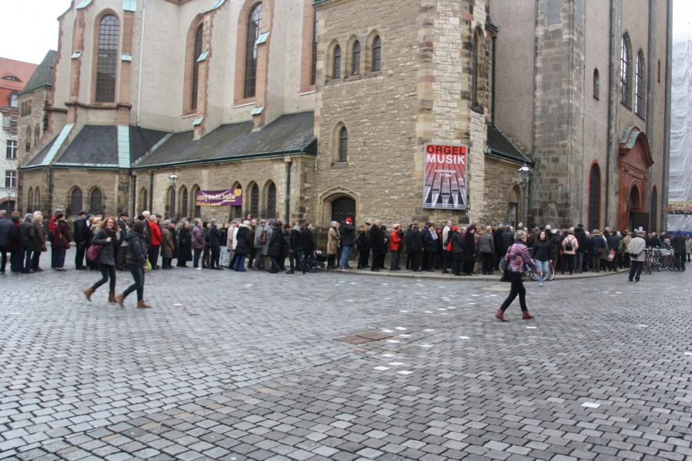 Lange Schlange vor Narrenpredigt in Nikolai. Foto: Ernst-Ulrich Kneitschel