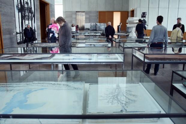 """Große Vitrinen für riesige Bücher: Kiefer-Ausstellung """"Die Welt - ein Buch"""". Foto: Ralf Julke"""